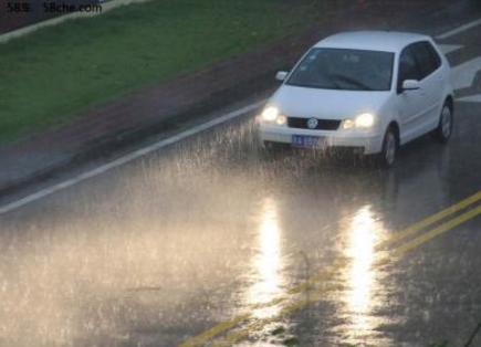 减速,慢行,开车灯……雨季行车,这些安全要知道