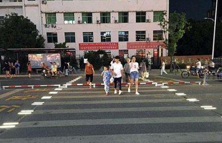 江西省第一条智慧斑马线亮相上饶县