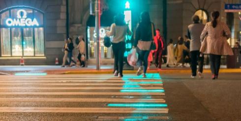 上海外滩推出全国首套新型行人过街提示系统